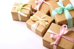 Composition rustique avec le groupe de beaux présents dans l'emballage de papier de métier Fermez-vous de beaucoup de cadeaux dan Photo stock