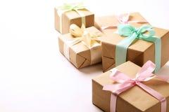 Composition rustique avec le groupe de beaux présents dans l'emballage de papier de métier Fermez-vous de beaucoup de cadeaux dan Photographie stock
