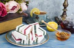 Composition sur la table avec des guimauves, tasse de thé images stock