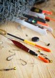 Composition verticale avec de divers flotteurs de pêche et tout autre attirail Photos libres de droits