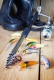 Composition verticale en pêche avec de diverses amorces artificielles et la rotation Photos stock