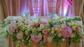 Compositions de décoration de vacances des fleurs vivantes, roses banque de vidéos