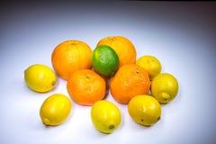 Compositon de la fruta cítrica con las naranjas, las mandarinas, los limones y la cal Fotografía de archivo