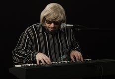 Compositor cabelludo gris que crea música Imagen de archivo