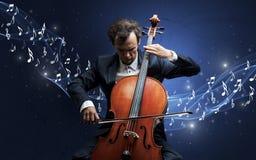 Compositor solo que juega en el violoncelo Imagenes de archivo