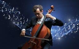 Compositor solo que juega en el violoncelo Imagen de archivo