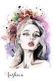 Composizione alla moda con il bei ritratto della giovane donna, fiori e macchie disegnati a mano dell'acquerello Illustrazione di Immagini Stock