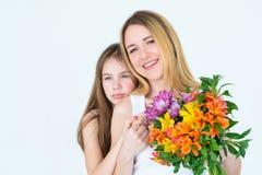 Composizione in alstroemeria della tenuta della mamma di consegna del fiore Fotografie Stock