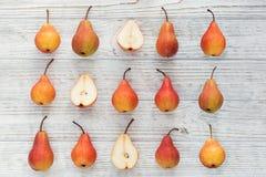 Composizione astratta dei frutti maturi freschi su una parte posteriore di legno bianca Fotografia Stock