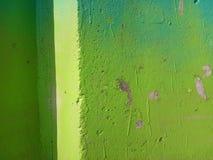 Composizione astratta in progettazione nei toni verdi Muro di cemento fotografia stock