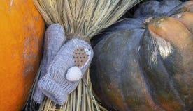 Composizione in autunno con i guanti del bambino su una zucca fotografie stock