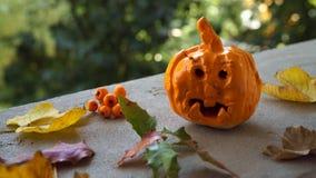 Composizione in autunno con la caduta fatta a mano ceramica del mestiere del bambino della zucca fotografie stock libere da diritti