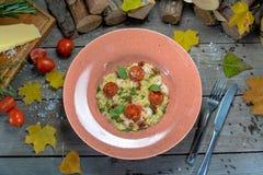 composizione in autunno con un piatto appetitoso immagine stock libera da diritti