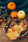 Composizione in autunno sopra fondo di legno immagine stock