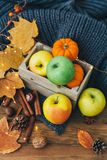 Composizione in autunno sopra fondo di legno Mele, immagini stock