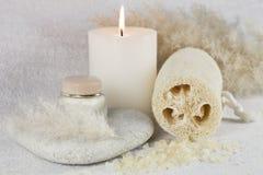 Composizione con crema, la candela ed il loofah Fotografia Stock