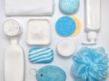 Composizione con gli accessori del bagno e dell'asciugamano sulla tavola bianca Pulizia del concetto di salute della pelle Dispos fotografie stock libere da diritti