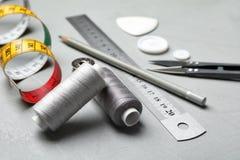 Composizione con gli accessori per l'adattamento sulla tavola fotografia stock