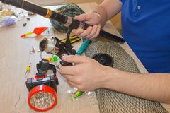 Composizione con gli accessori per la pesca su un fondo di legno Attrezzatura di pesca fotografia stock libera da diritti