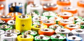 Composizione con gli accumulatori alcalini Rifiuti chimici Immagini Stock Libere da Diritti
