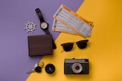 Composizione con gli oggetti per viaggiare Fotografia Stock