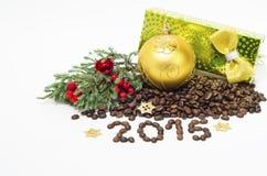 Composizione con i chicchi di caffè, 2015 in Natale, su un fondo bianco Fotografie Stock
