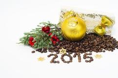 Composizione con i chicchi di caffè, 2015 in Natale, su un fondo bianco Immagini Stock Libere da Diritti
