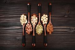 Composizione con i dadi sui cucchiai di legno d'annata Fotografia Stock Libera da Diritti