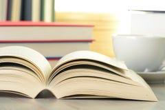 Composizione con i libri e la tazza di caffè Immagine Stock