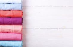 Composizione con i vestiti piegati, unisex per sia l'uomo che donna, colore differente & materiale Mucchio della lavanderia, abbi Fotografie Stock