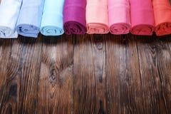 Composizione con i vestiti piegati, unisex per sia l'uomo che donna, colore differente & materiale Mucchio della lavanderia, abbi Fotografia Stock Libera da Diritti