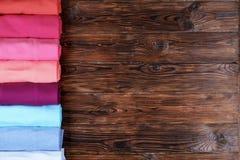 Composizione con i vestiti piegati, unisex per sia l'uomo che donna, colore differente & materiale Mucchio della lavanderia, abbi Immagini Stock