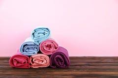 Composizione con i vestiti piegati, unisex per sia l'uomo che donna, colore differente & materiale Mucchio della lavanderia, abbi Immagine Stock Libera da Diritti