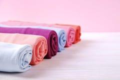 Composizione con i vestiti piegati, unisex per sia l'uomo che donna, colore differente & materiale Mucchio della lavanderia, abbi Fotografie Stock Libere da Diritti