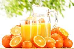 Composizione con i vetri di succo d'arancia e dei frutti Immagine Stock Libera da Diritti