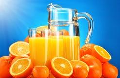 Composizione con i vetri di succo d'arancia e dei frutti Fotografia Stock Libera da Diritti