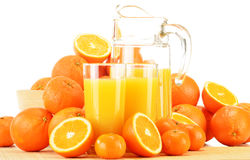 Composizione con i vetri di succo d'arancia e dei frutti Fotografie Stock Libere da Diritti