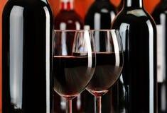 Composizione con i vetri e le bottiglie di vino rosso fotografie stock libere da diritti