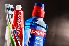 Composizione con il dentifricio in pasta e lo spazzolino da denti di Colgate Fotografia Stock