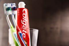 Composizione con il dentifricio in pasta e lo spazzolino da denti di Colgate Immagini Stock