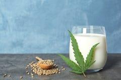 Composizione con il latte della canapa e spazio per testo fotografia stock
