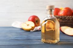 Composizione con la bottiglia dell'aceto della mela sulla tavola fotografia stock libera da diritti