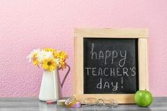 Composizione con la piccola lavagna per il giorno del ` s dell'insegnante Fotografia Stock