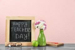 Composizione con la piccola lavagna per il giorno del ` s dell'insegnante Immagini Stock Libere da Diritti
