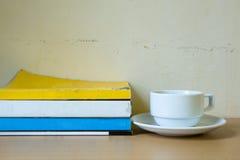 Composizione con la pila di libri e di tazza di caffè Immagini Stock Libere da Diritti