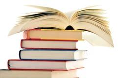 Composizione con la pila di libri isolati su bianco Fotografia Stock Libera da Diritti