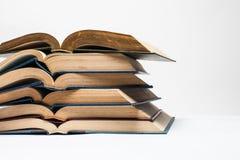 Composizione con la pila di libri su fondo bianco Fotografia Stock Libera da Diritti