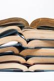 Composizione con la pila di libri su fondo bianco Immagini Stock