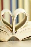 Composizione con la pila di libri sulla tabella Immagini Stock