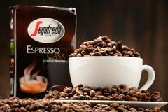 Composizione con la tazza ed i fagioli del caffè di Segafredo Zanetti Immagini Stock